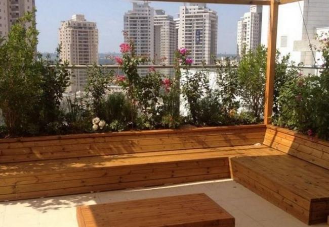 אזור ישיבה שתוכנן על ידיי אדריכל בגינת גג