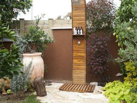 מקלחון חוץ בעיצוב גינה פרטית