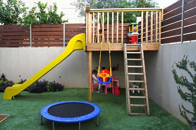 פינת משחק בגינה ביתית